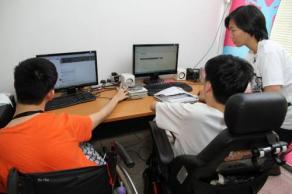 在at HomeCreative的辦公室,除了一般的椅子,還多了數張輪椅,它顯示殘障朋友顯示他們也能工作,照常上班。(圖:光明日報)