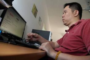 歐旭光在家人的鼓勵下,到吉隆坡接受治療和職業培訓。(圖:光明日報)