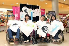 張志偉(右2)和歐旭光(左)參與由美門殘障關懷基金會主辦第一屆殘友自強創業展,與美門創辦人謝秀珍合影。(圖:光明日報)