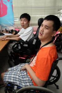鄭宇涵(左)和吳冠延雖然身有殘疾,可是鬥志可不低,他們一樣有夢想。(圖:光明日報)