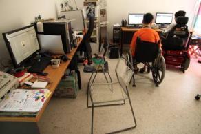 在at Home Creative的辦公室,除了一般的椅子,還多了數張輪椅,它顯示殘障朋友也能工作,照常上班。(圖:光明日報)